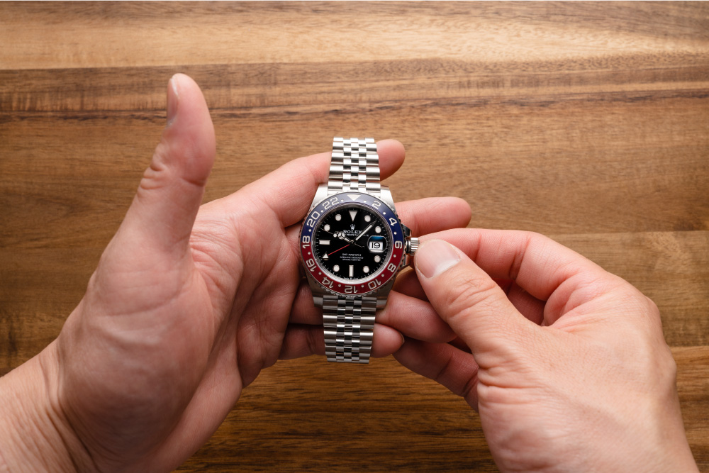 Using the GMT works even if you don't want change the hour hand.