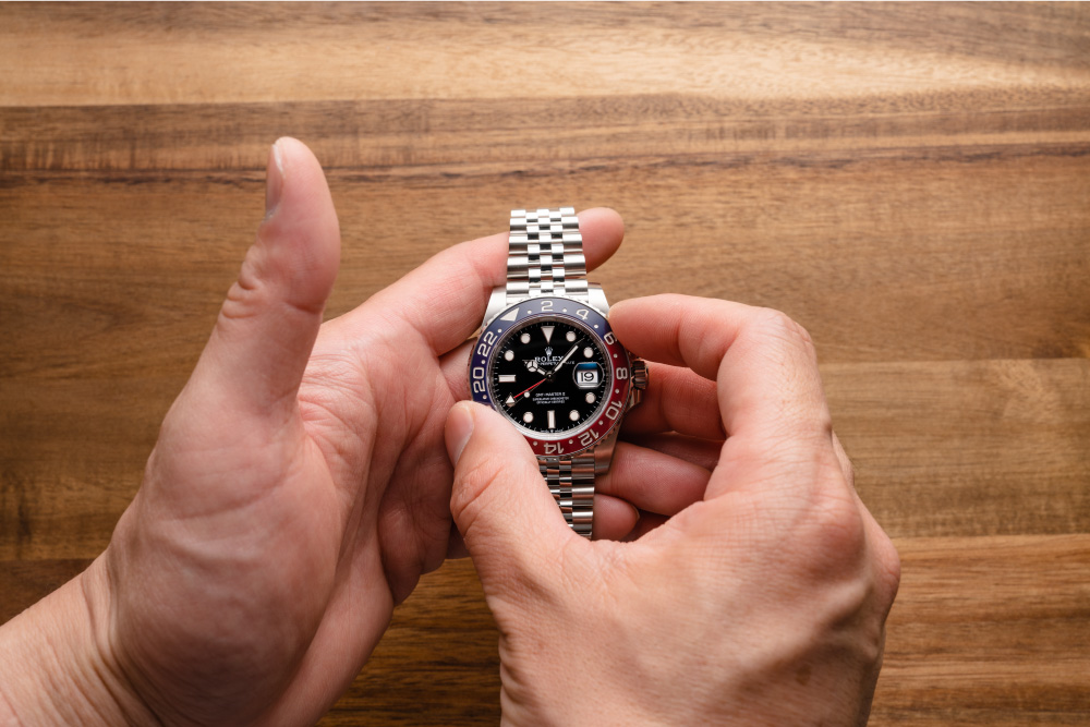 Turn the bezel to use the GMT-Master